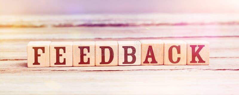 Feedback da palavra com os cubos de madeira na tabela fotografia de stock royalty free