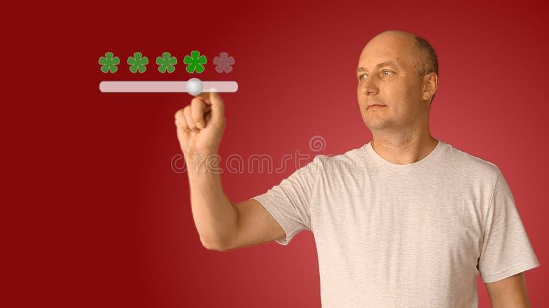 Feedback fünf Sterne vom Mann auf virtuellem Schirm Der Bewegungsschieber des jungen Mannes, zum von Bewertung von Services von e lizenzfreies stockbild