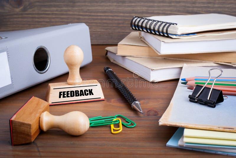 Feedback-Stempel auf Schreibtisch im Officen lizenzfreies stockbild