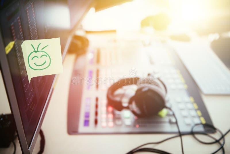 Feedback- und Motivationskonzept: Smiley Illustration am Arbeitsplatz, Radiostudio lizenzfreies stockfoto