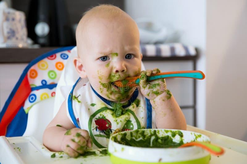 feeding Het Eerste Stevige Voedsel van de baby stock foto's