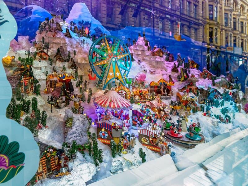 Feenhafte festliche neues Jahr-und Weihnachtsschaufenster und Fenster-Anzeigen, faszinierende Wintermärchenlandsituation in Helsi lizenzfreies stockbild
