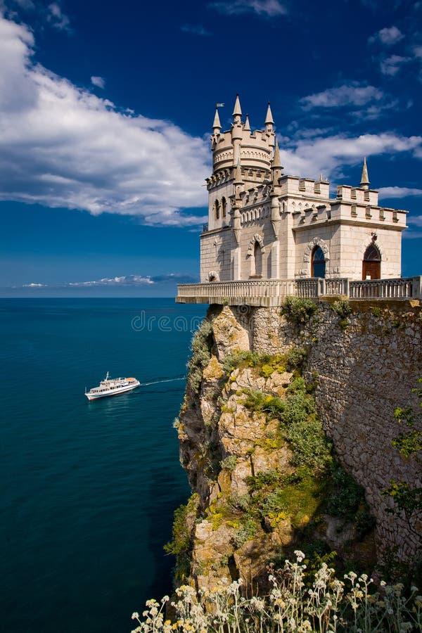 Feenhaftes Schloss über dem Meer stockfotografie