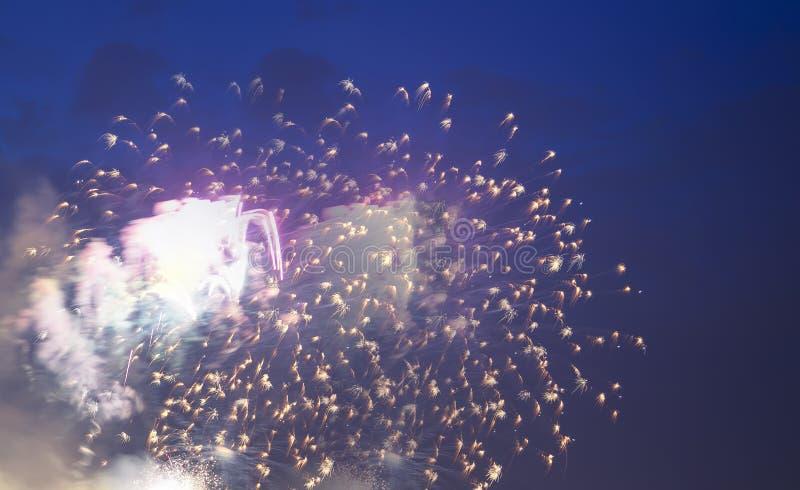 Feest kleurrijk vuurwerk die in de hemel exploderen royalty-vrije stock afbeeldingen