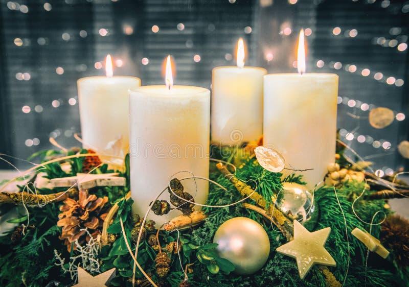 Feestelijk Advent Wreath met het branden van kaarsen royalty-vrije stock foto
