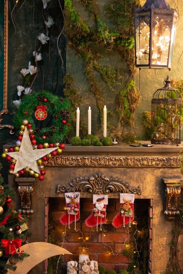 Feestelijk en partijdessert Verfraaide open haard Ster en kaarsen Sparren met giften royalty-vrije stock afbeeldingen