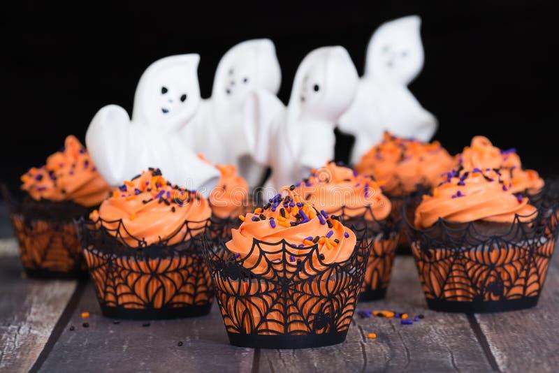 Feestelijk Halloween cupcakes met spoken stock fotografie