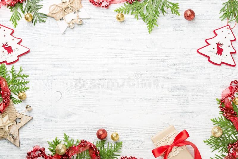 Feestelijk kader van groene, rode & gouden Kerstmisdecoratie, gift op lichte rustieke lijst, ruimte Nieuw jaar royalty-vrije stock afbeelding