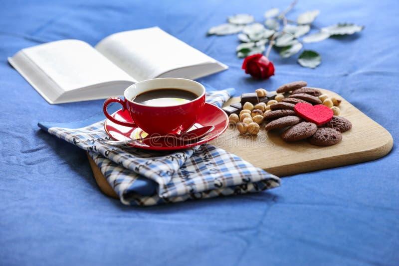 Feestelijk ontbijt in bedconcept royalty-vrije stock fotografie