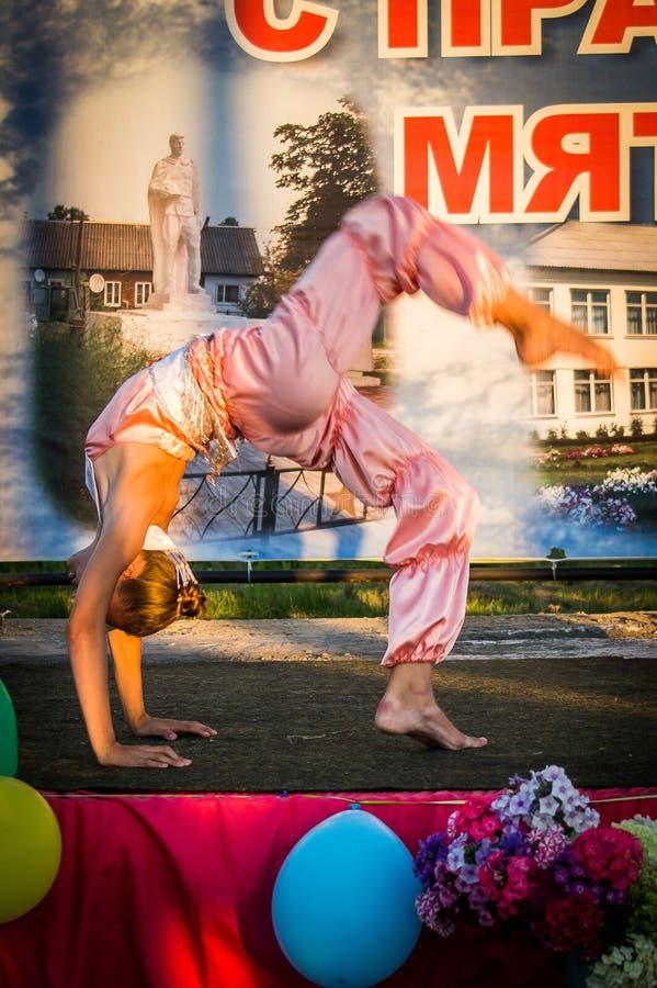 Feestelijk overleg van Amateurensembles ter ere van het dorp in Iznoskovsky-district, Kaluga-gebied van Rusland stock afbeelding