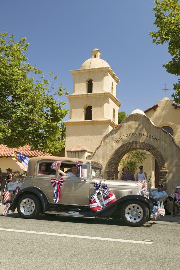 Feestelijk verfraaid uitstekend Rolls Royce maakt zijn manier onderaan hoofdstraat tijdens een Vierde van Juli in Ojai, CA parade royalty-vrije stock fotografie