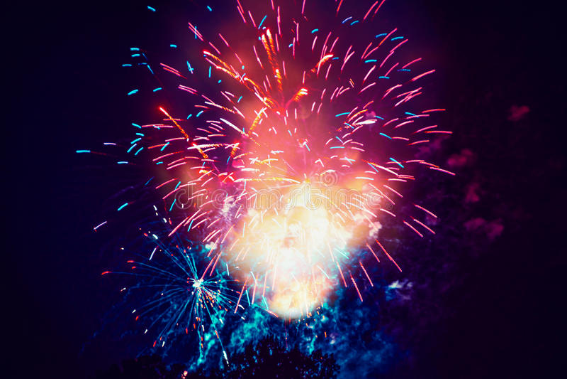 Feestelijk vuurwerk op donkere hemelachtergrond stock foto's