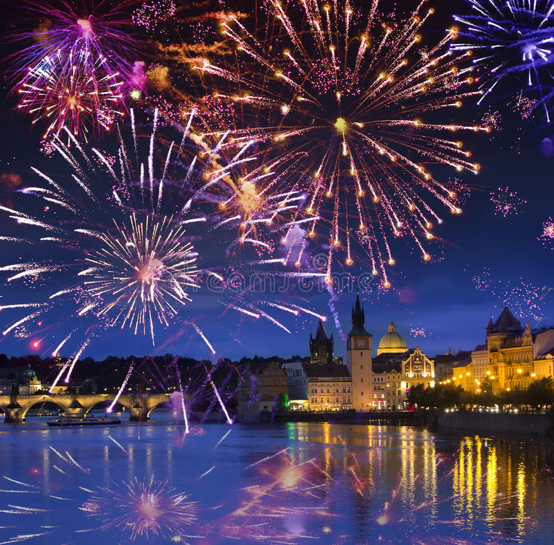 Feestelijk vuurwerk over Karl Bridge, Praag, de Tsjechische Republiek royalty-vrije stock foto's