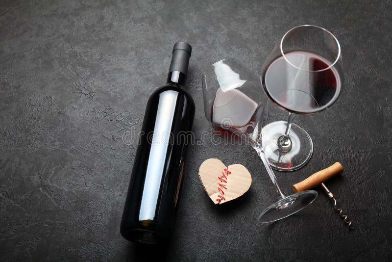 Feestelijke alcoholische drank om de Dag van Valentine te vieren Rood hart royalty-vrije stock afbeelding