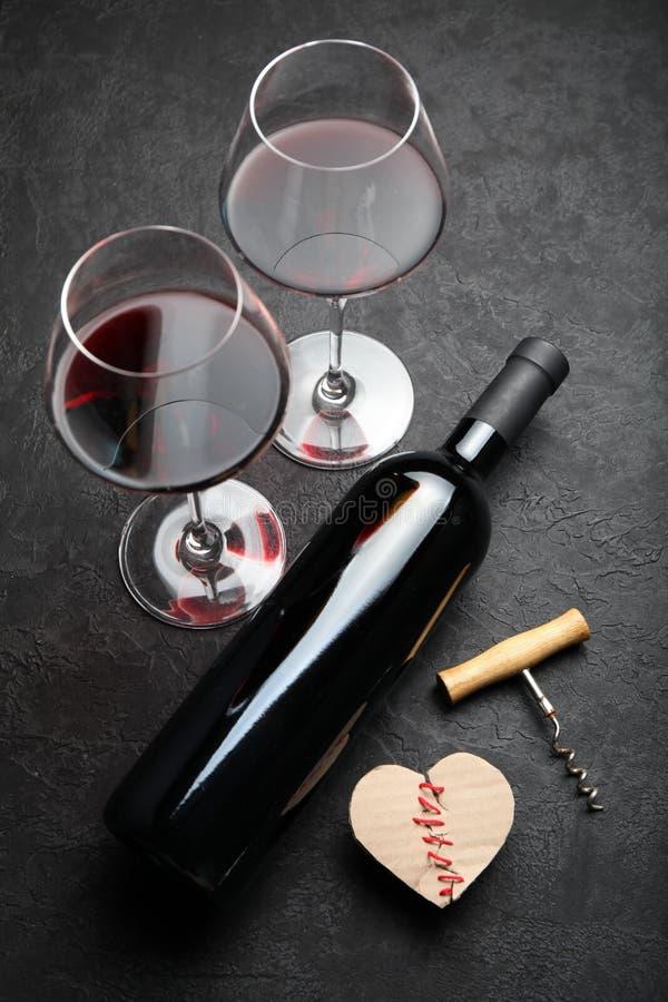 Feestelijke alcoholische drank om de Dag van Valentine te vieren Rood hart royalty-vrije stock afbeeldingen