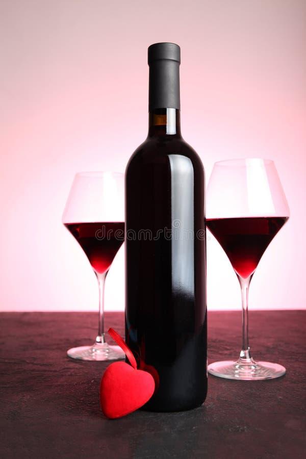 Feestelijke alcoholische drank om de Dag van Valentine te vieren Rood hart stock foto's
