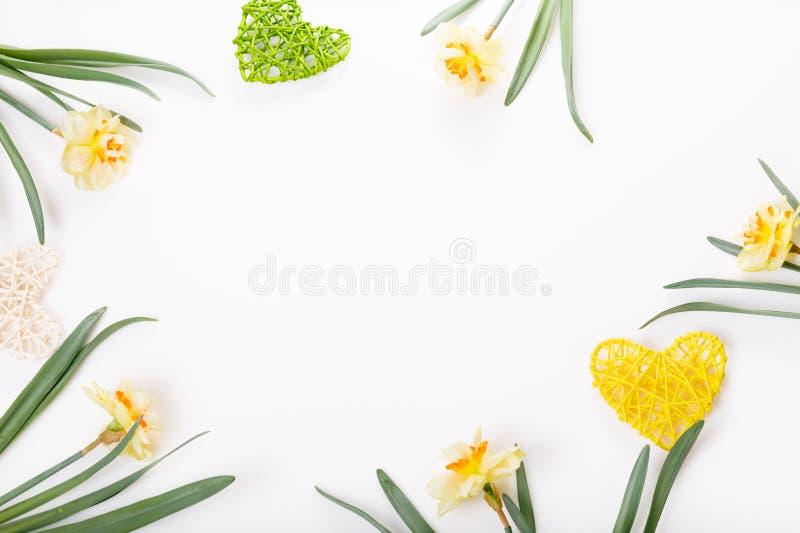 Feestelijke bloemsamenstelling op de witte houten achtergrond Lucht mening royalty-vrije stock fotografie
