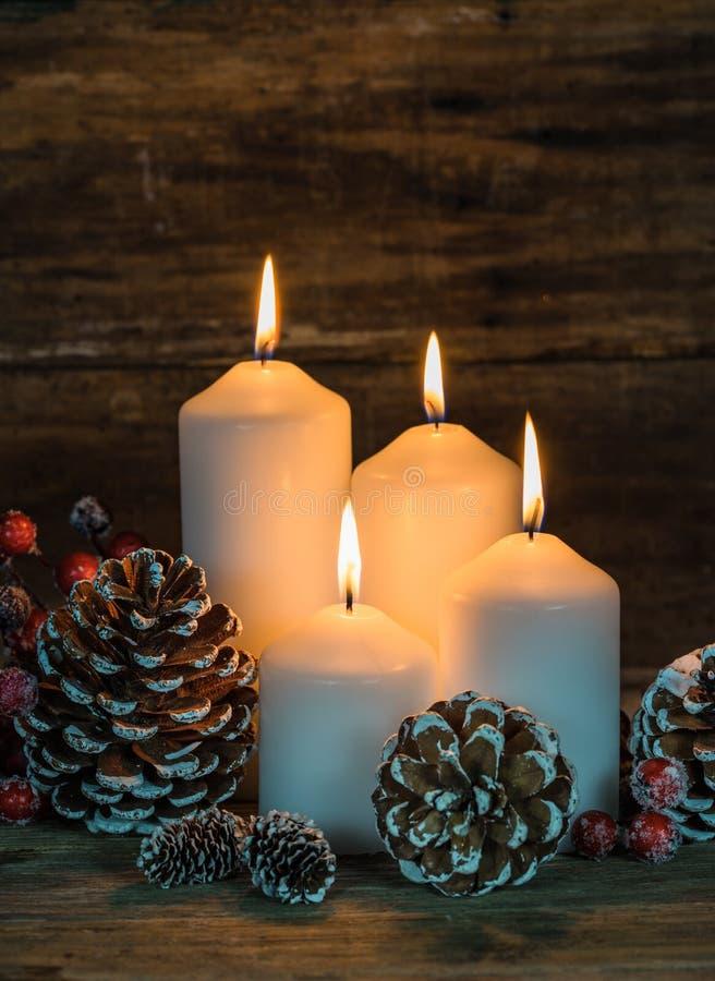 Feestelijke brandende kaarsen in Kerstmistijd stock foto