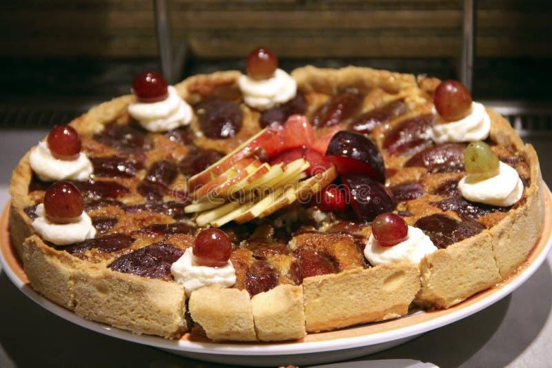 Feestelijke cake met bessenjam, verse druiven en appelen Heerlijk natuurlijk dessert royalty-vrije stock foto's