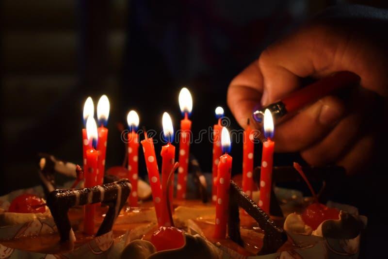 Feestelijke cake met kaarsen stock afbeeldingen