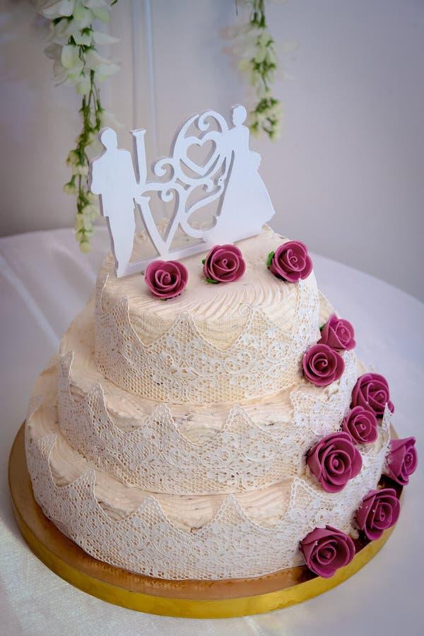 Feestelijke cake met rozen stock afbeeldingen
