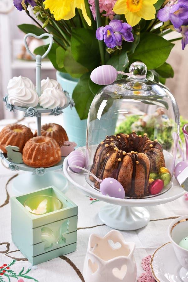 Feestelijke de lijstdecoratie van Pasen met de lentebloemen en gebakjes royalty-vrije stock fotografie