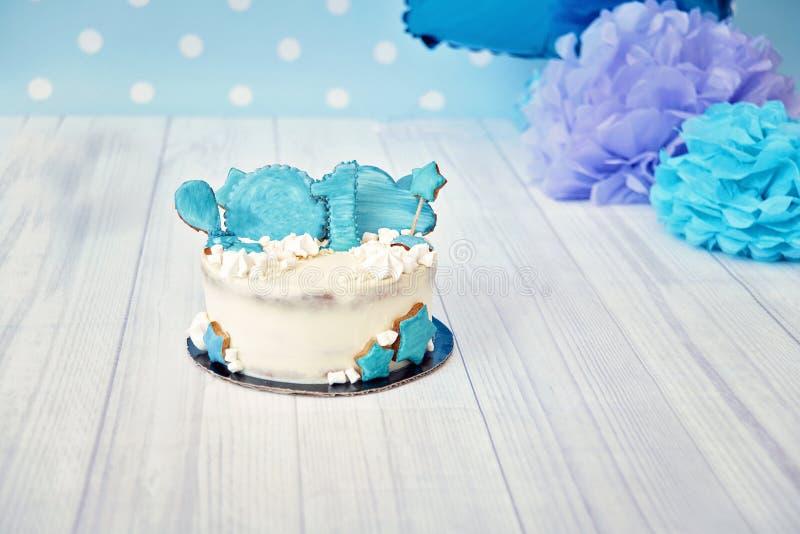 Feestelijke decoratie als achtergrond voor verjaardag met cake, blauwe ballons in studio, van de de Cakeineenstorting van de Jong stock foto