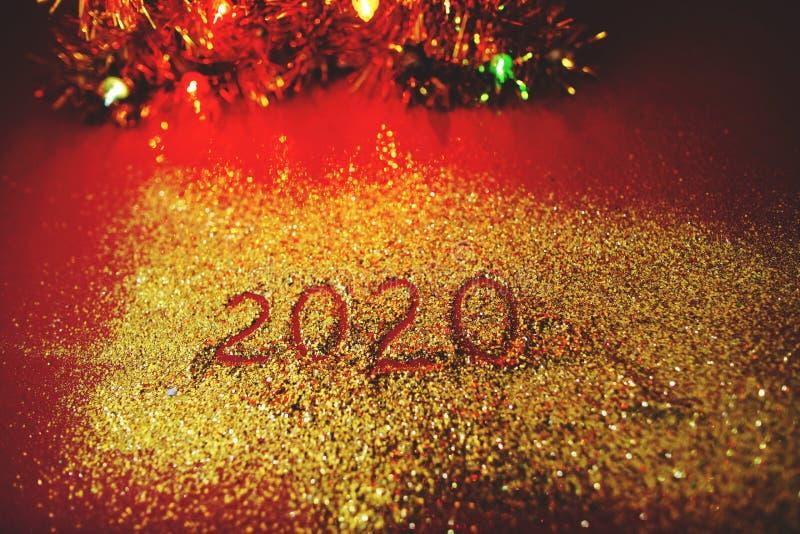 Feestelijke die figuur 2020, op een Bordeauxachtergrond wordt geschreven met fonkelingen Nieuw jaar`s concept stock afbeelding