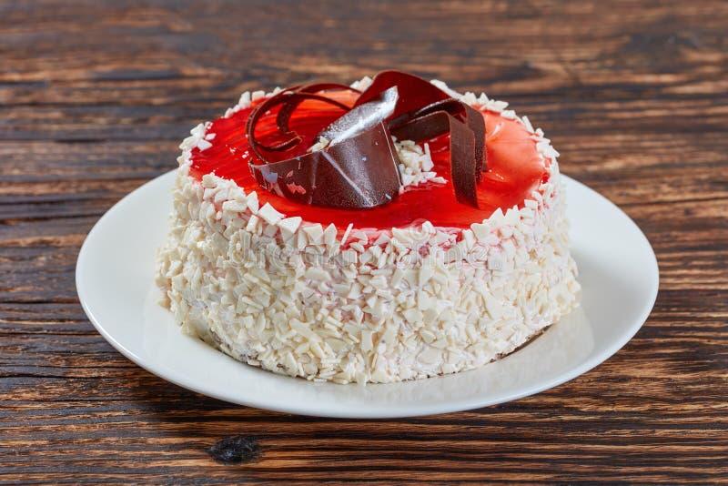 Feestelijke die torte met bessengelei wordt verfraaid royalty-vrije stock afbeelding