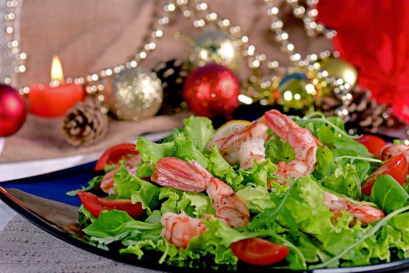 Feestelijke garnalensalade, arugula en tomaten stock fotografie