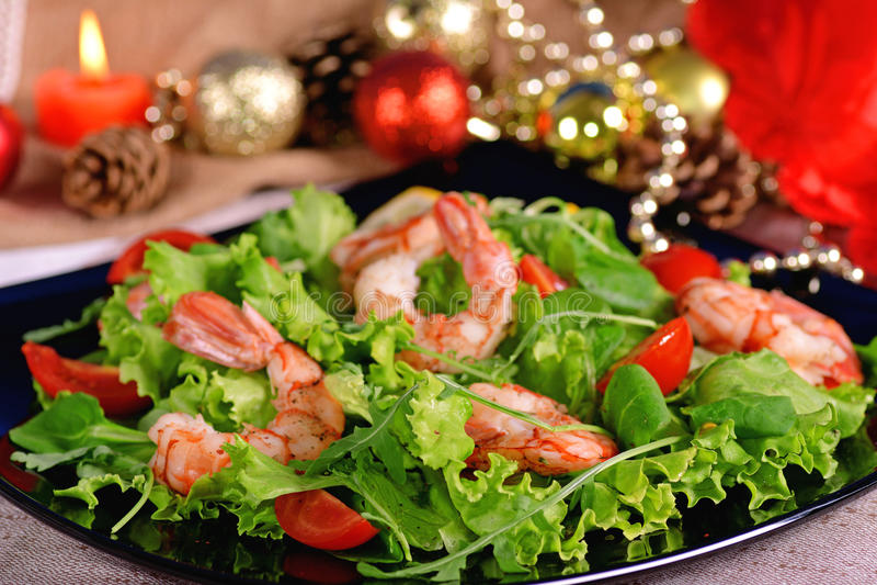 Feestelijke garnalensalade, arugula en tomaten stock foto's