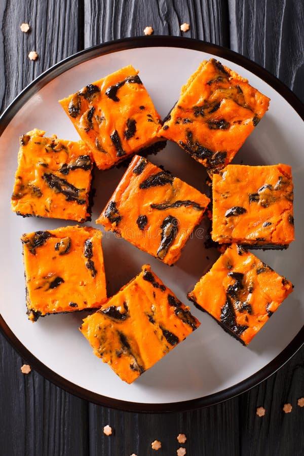Feestelijke heerlijke zoete donkere de browniecake verfraaide wi van Halloween stock fotografie