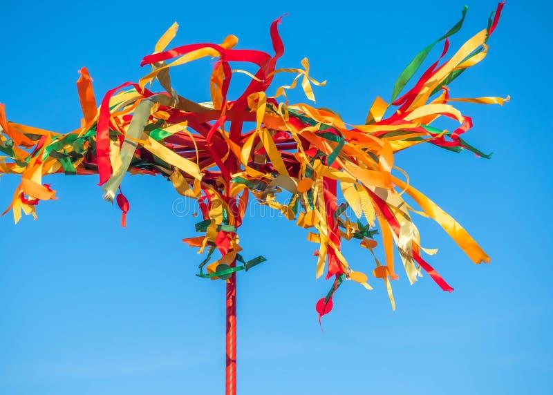 Feestelijke Houten Pool voor Klim op Maslenitsa Heldere linten die in de wind fladderen royalty-vrije stock afbeelding
