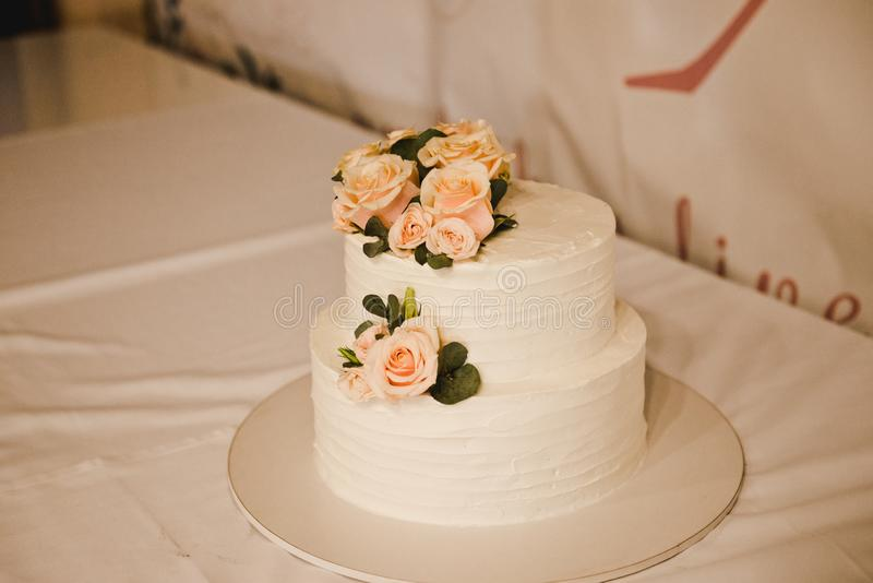 Feestelijke huwelijkscake met bloemen, roze-oranje bloemen, mooi stapelbed, stock foto's