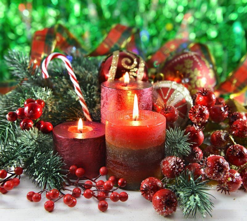 Feestelijke kaarsen met traditionele decoratie stock afbeelding