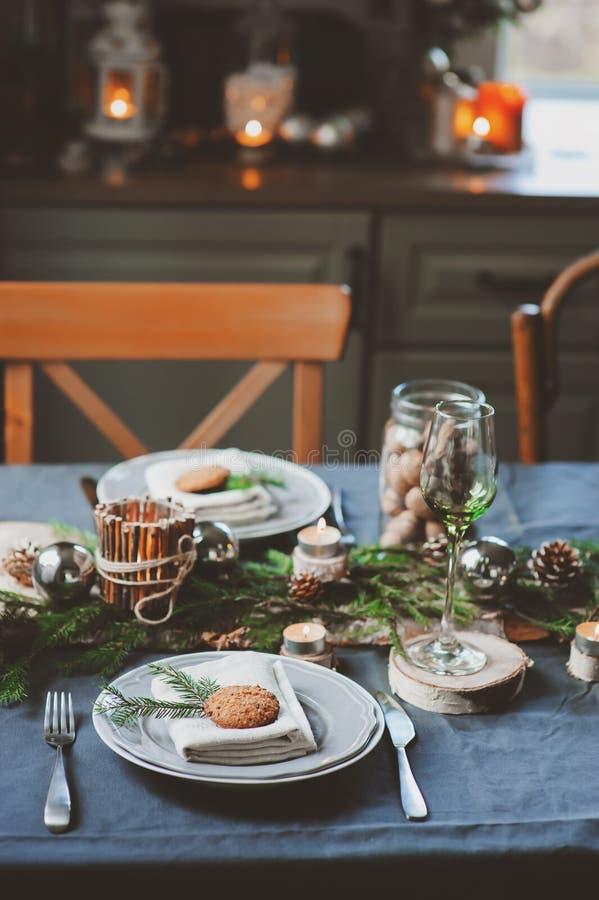 Feestelijke Kerstmis en Nieuwjaarlijst die in Skandinavische stijl met rustieke met de hand gemaakte details in natuurlijke en wi stock afbeeldingen
