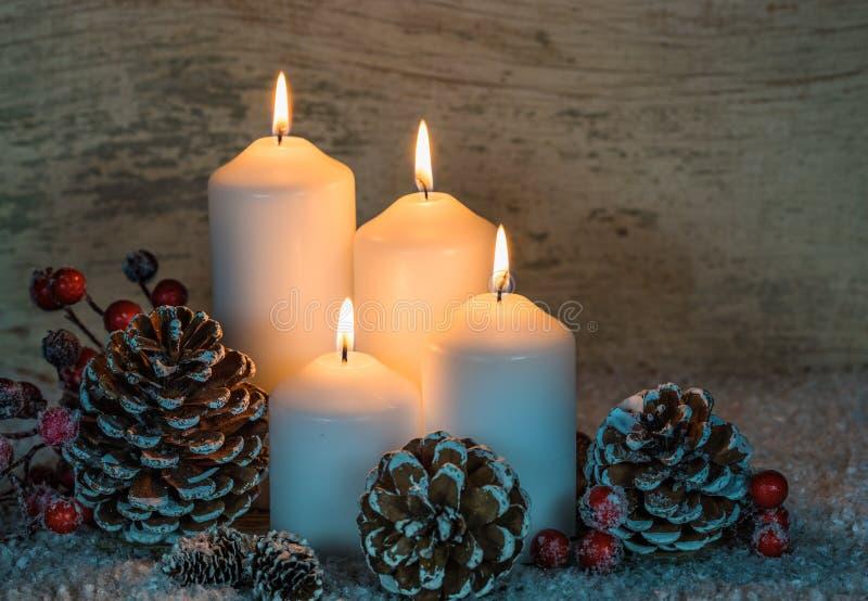 Feestelijke Kerstmisachtergrond met witte kaarsen stock afbeelding