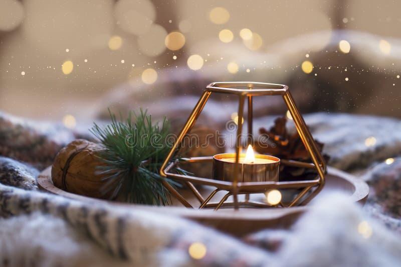 Feestelijke Kerstmiskaars, de decoratiekaarslicht van de vakantiewinter royalty-vrije stock afbeelding