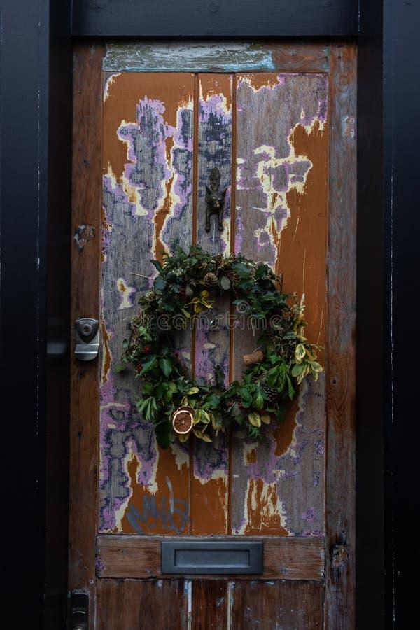 Feestelijke Kerstmiskroon op een deur royalty-vrije stock afbeeldingen