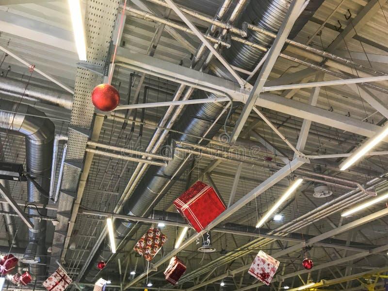 Feestelijke kleurrijke glanzende mooie Kerstmisdecoratie voor het Nieuwjaar, giftdozen op de achtergrond van het plafond met meta stock foto