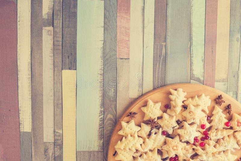 Feestelijke koekjes op houten lijst royalty-vrije stock afbeeldingen