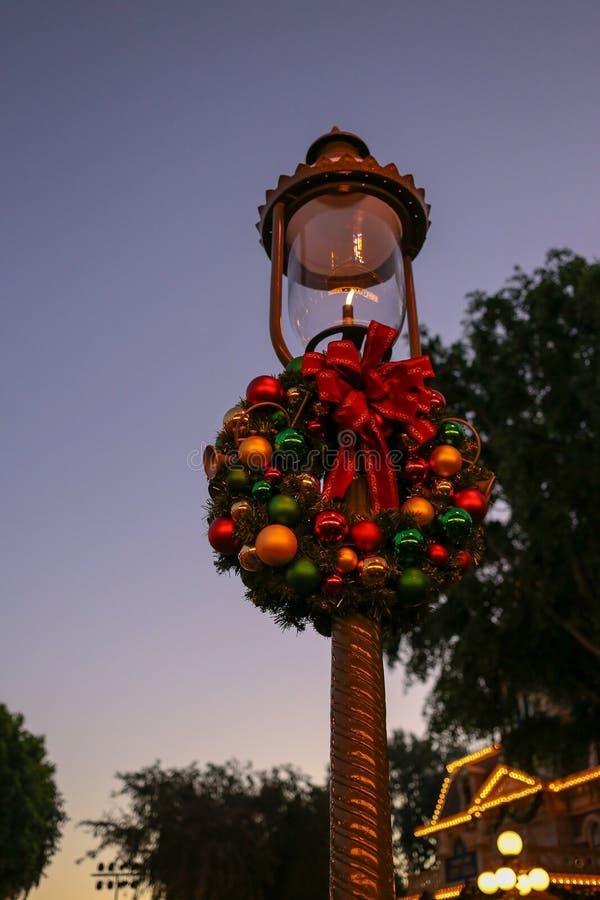 Feestelijke lightpost die voor Kerstmis in Disneyland wordt verfraaid stock afbeelding