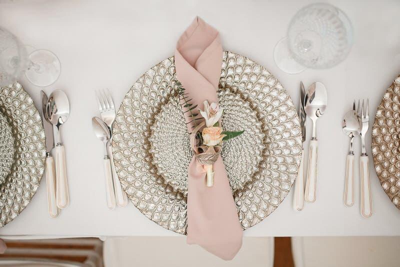 Feestelijke lijst die met mooie platen, servet en bloemen plaatsen royalty-vrije stock foto's