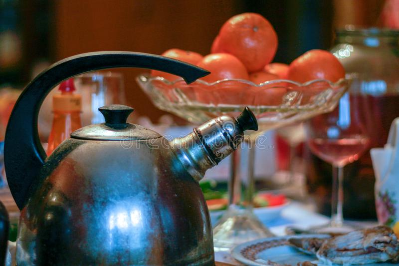 Feestelijke lijst voor de bejaarden met thee en fruit royalty-vrije stock afbeelding