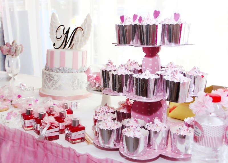 feestelijke lijstdecoratie met cupcakes, snoepjes en giften in roze kleur royalty-vrije stock foto's