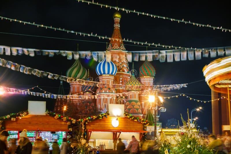 Feestelijke markt tegen de het Basilicum` s Kathedraal van Heilige royalty-vrije stock afbeeldingen