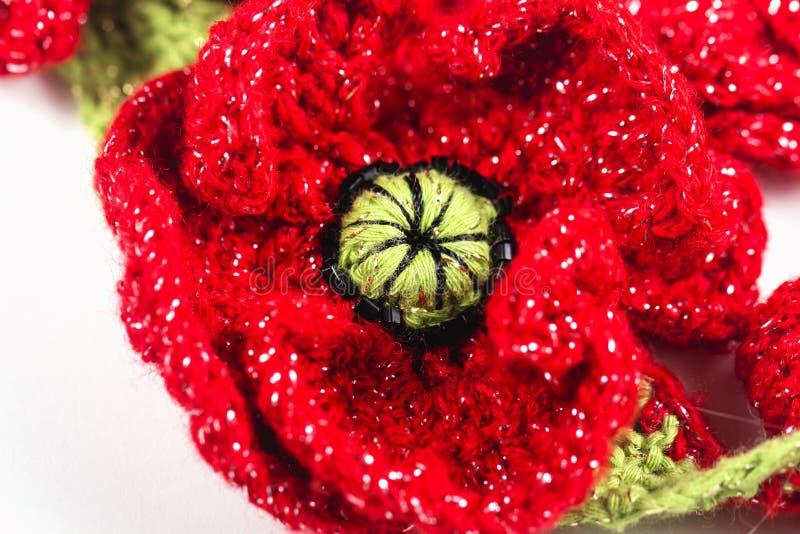 Feestelijke met de hand gemaakte gehaakte rode bloemen, lint, rozen, papaversamenstelling op de witte achtergrond Verjaardag, Moe stock afbeeldingen