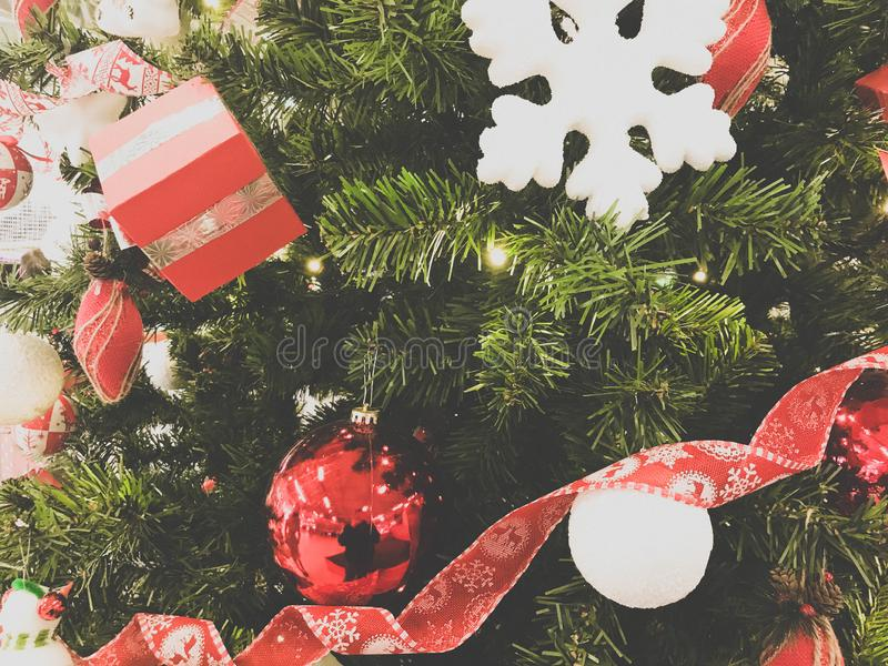 Feestelijke multicolored mooie glanzende buitensporige ballen, speelgoed, giftdozen, decoratie op de Kerstmis groene boom met naa royalty-vrije stock foto's