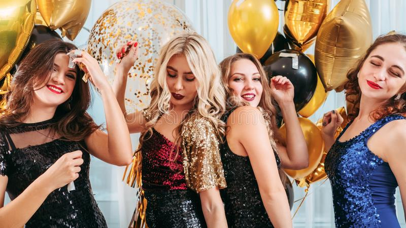 Feestelijke partij geamuseerde dansende meisjesballons royalty-vrije stock afbeeldingen