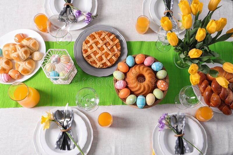 Feestelijke Pasen-lijst die met traditionele maaltijd plaatsen stock foto